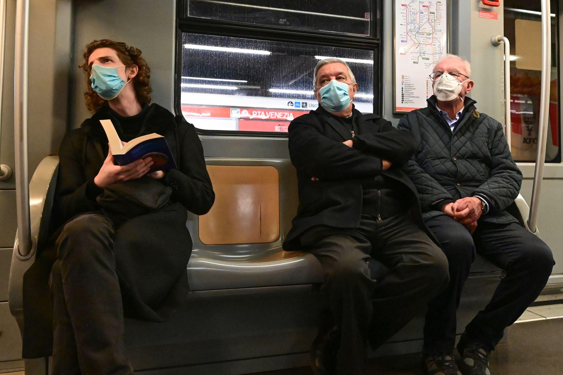 Ciudadanos utilizan mascarillas en una de las líneas del metro de Milán luego que el gobierno obligara su uso para contrarrestar la propagación del coronavirus. Foto: AFP