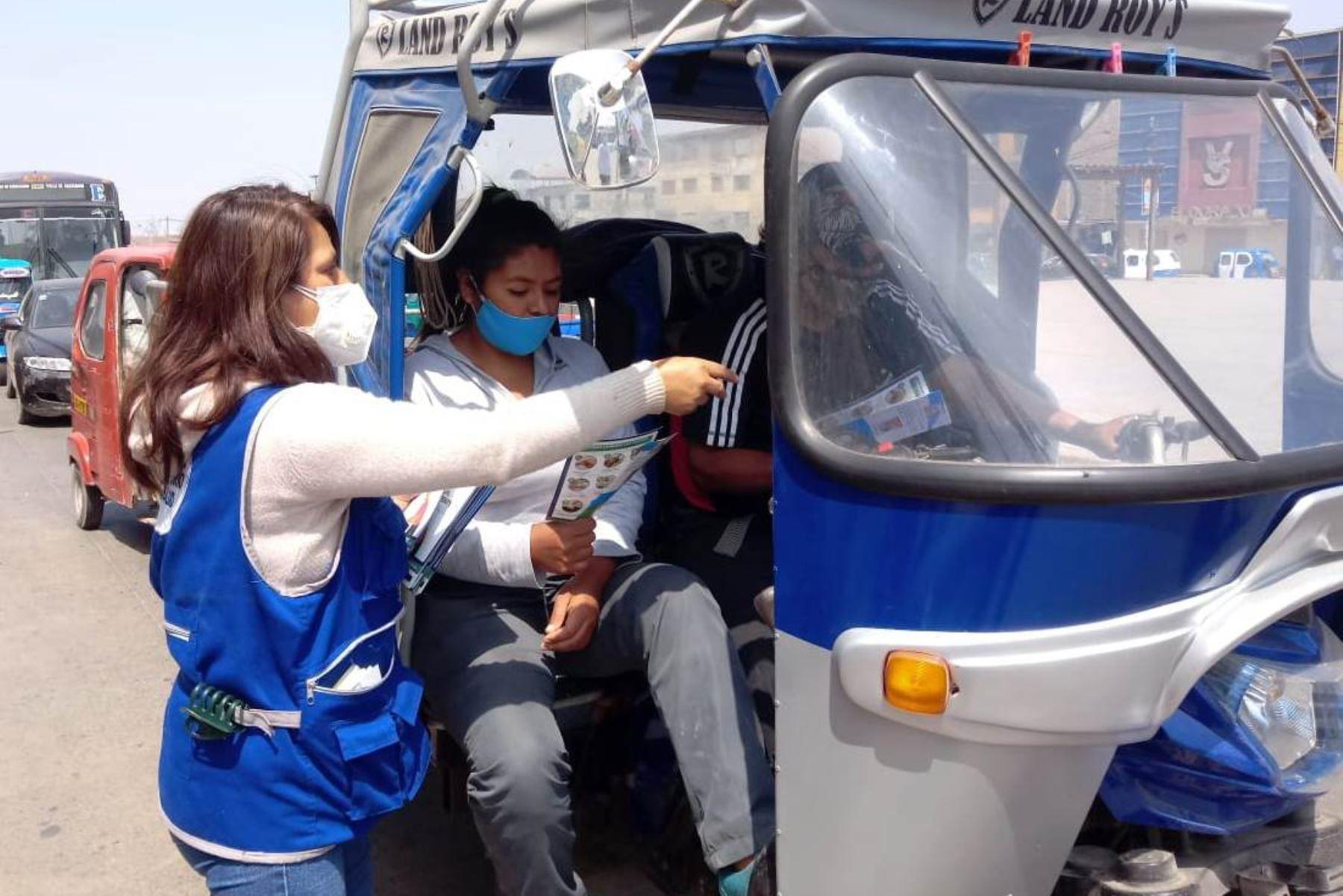 Ministerio de Salud, recorre las principales avenidas del distrito de Villa El Salvador brindando a la población información sobre las medidas de prevención para evitar el contagio del Covid -19 en el transporte público y mercados. Foto:ANDINA/DIRIS LimaSur