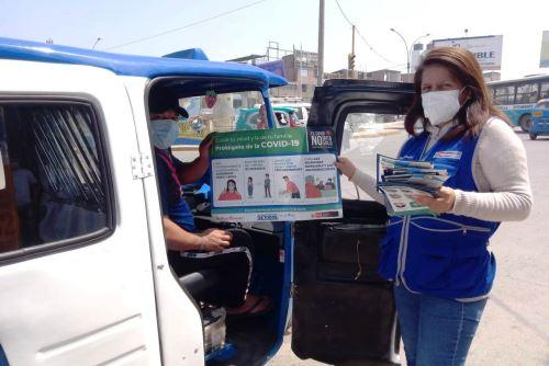 Ministerio de Salud, recorre Villa El Salvador brindando a la población información sobre las medidas de prevención para evitar el contagio del Covid -19