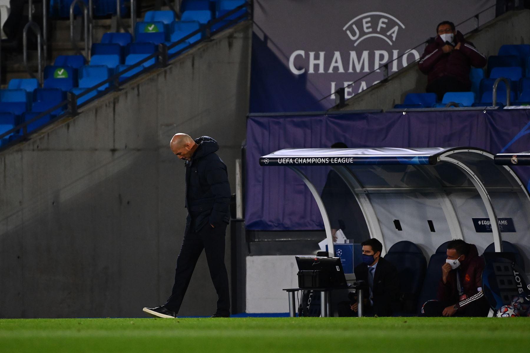 El entrenador francés del Real Madrid, Zinedine Zidane, reacciona durante el partido de fútbol del grupo B de la Liga de Campeones de la UEFA. Foto: AFP