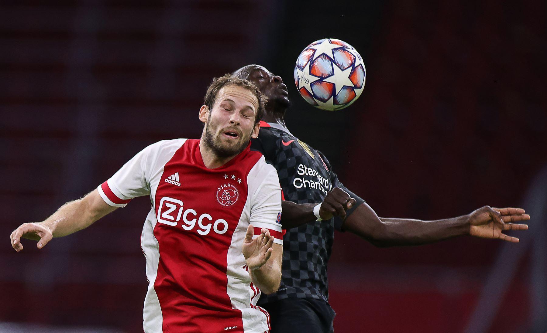 El defensor holandés del Ajax, Daley Blind, salta por el balón con el mediocampista inglés del Liverpool, Curtis Jones, durante el partido de fútbol de primera etapa del Grupo D de la Liga de Campeones de la UEFA. Foto: AFP