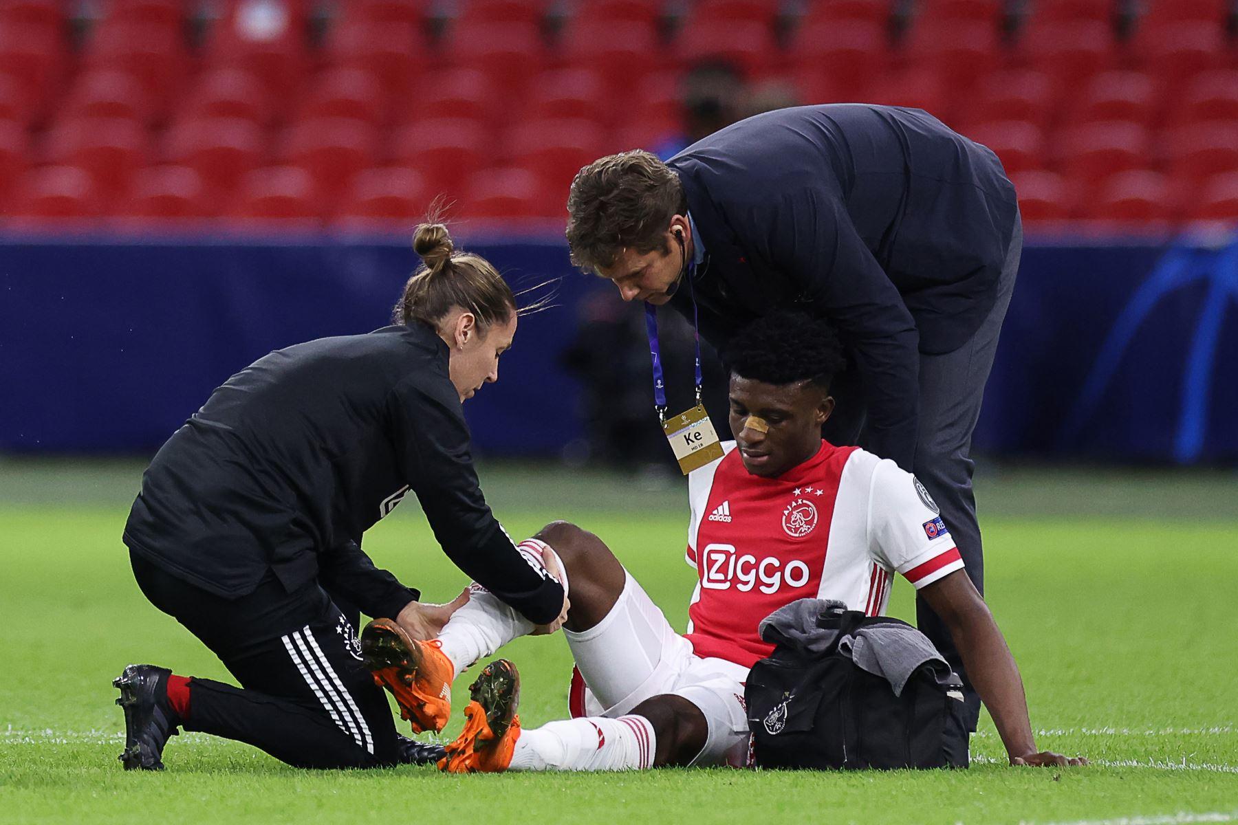 El centrocampista ghanés del Ajax, Mohammed Kudus, recibe atención médica durante el partido de fútbol de ida del Grupo D de la Liga de Campeones de la UEFA. Foto: AFP