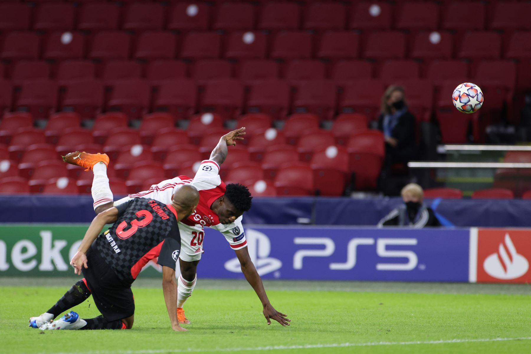 El mediocampista ghanés del Ajax, Mohammed Kudus  compite por el balón contra el mediocampista brasileño del Liverpool, Fabinho, durante el partido del Grupo D de la Liga de Campeones de la UEFA. Foto: AFP