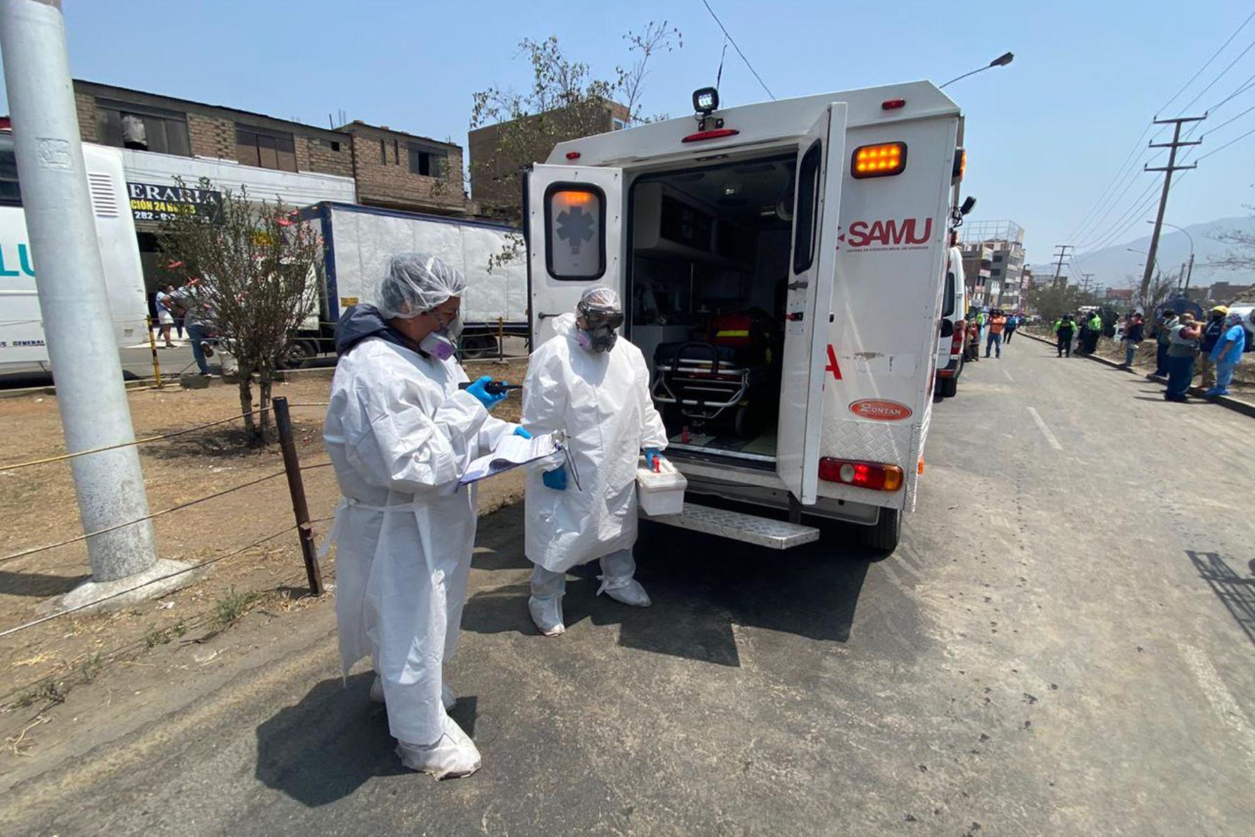 Ministerio de Salud instaló un punto de atención médica en la zona del incendio registrado en San Juan de Lurigancho, donde se evalúa la condición de los vecinos, bomberos, policías y personal que se encuentra cubriendo la emergencia. Foto:ANDINA/Minsa