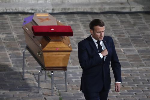 El presidente francés, Emmanuel Macron, presenta sus respetos junto al ataúd de Samuel Paty dentro del patio de la Universidad de la Sorbona en París durante un homenaje nacional al profesor de francés quien fue decapitado por mostrar caricaturas del profeta Mohamed en su clase de educación cívica. Foto: AFP
