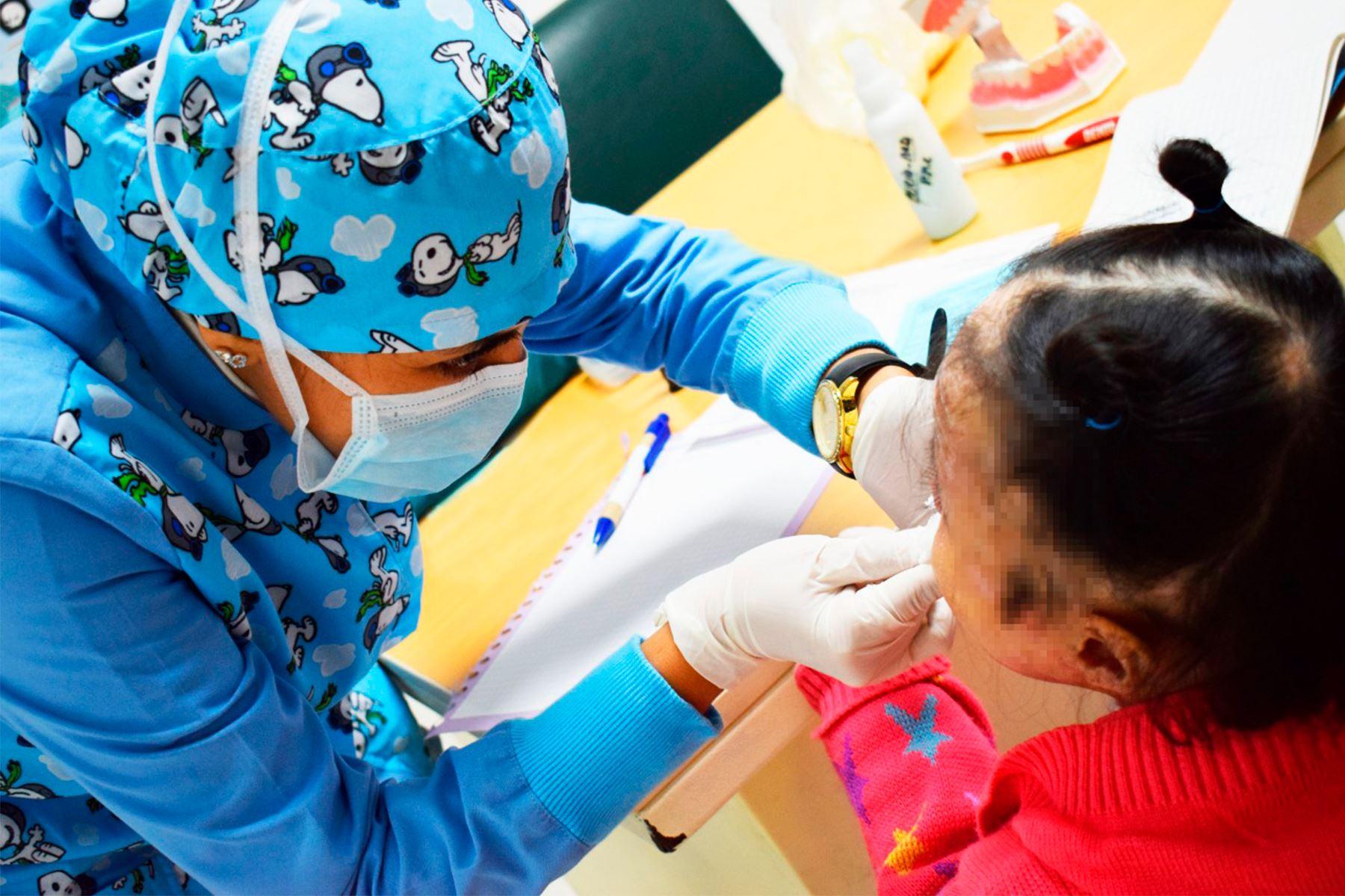 Niños piel de cristal reciben atención integral durante pandemia en el INSN Breña   Noticias