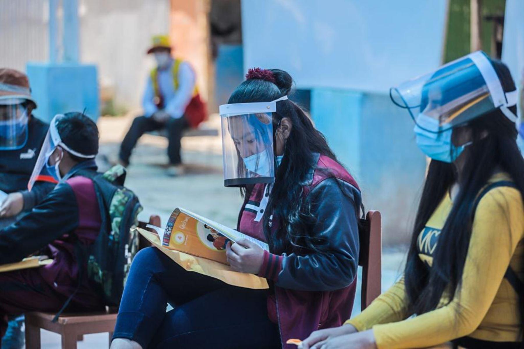 Un grupo de escolares de la institución educativa San Cristóbal de Arequipa reanudaron clases presenciales siguiendo los protocolos de seguridad. Foto: ANDINA/Difusión