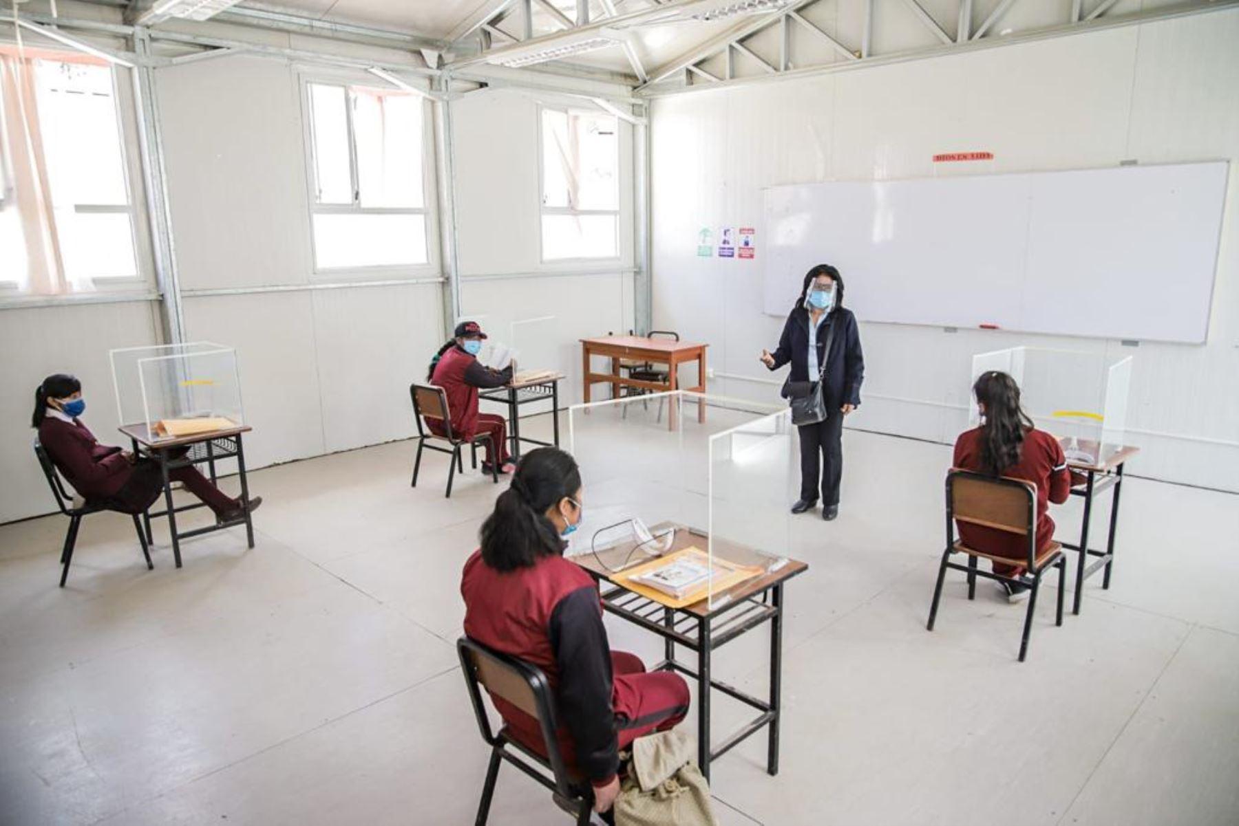 Un grupo de escolares de la institución educativa San Cristóbal de Arequipa reanudaron clases presenciales siguiendo todos los protocolos de seguridad. Foto: ANDINA/Difusión