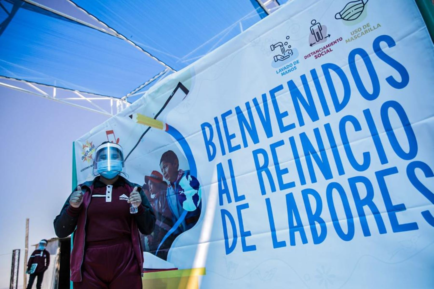Un grupo de escolares de la institución educativa San Cristóbal de Arequipa reanudaron las clases presenciales.
