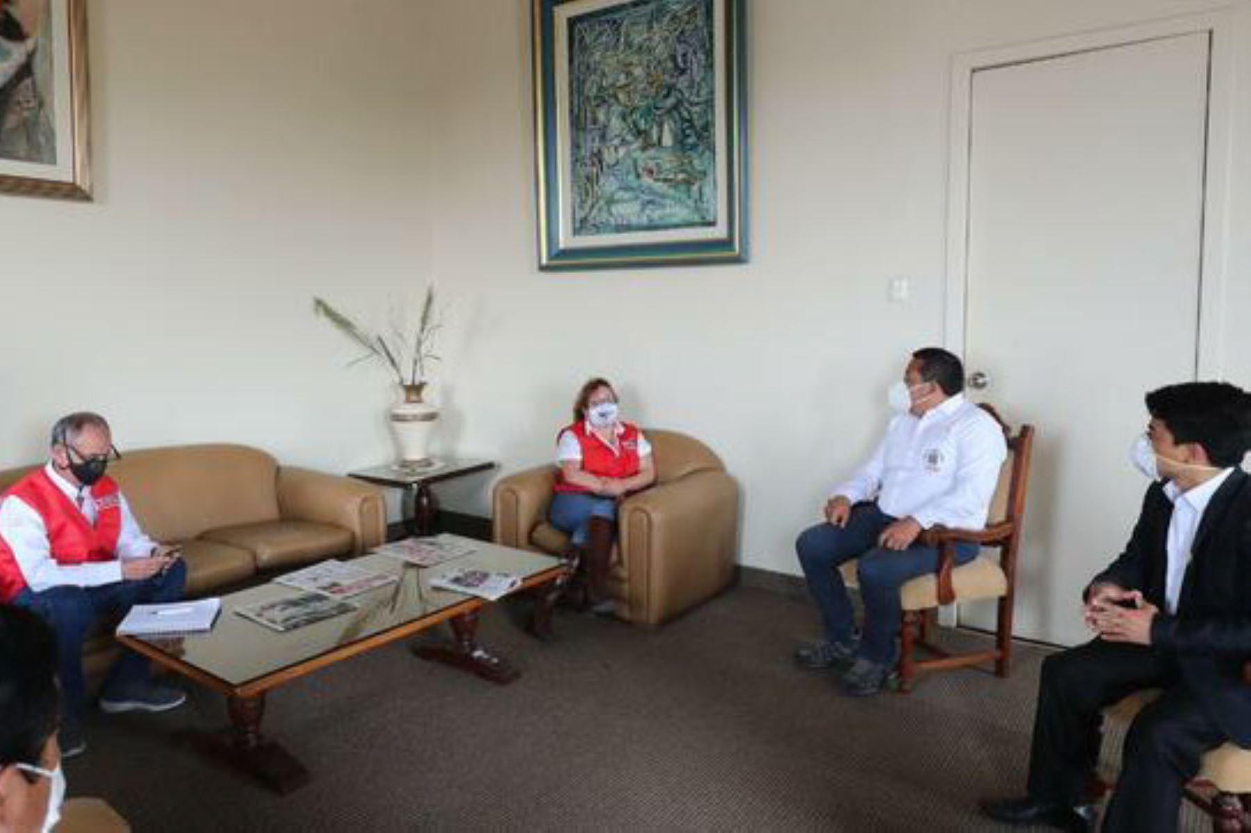La ministra del Ambiente, Kirla Echegaray, se reunió con el alcalde provincial de Trujillo, José Ruiz. Foto: ANDINA/Difusión