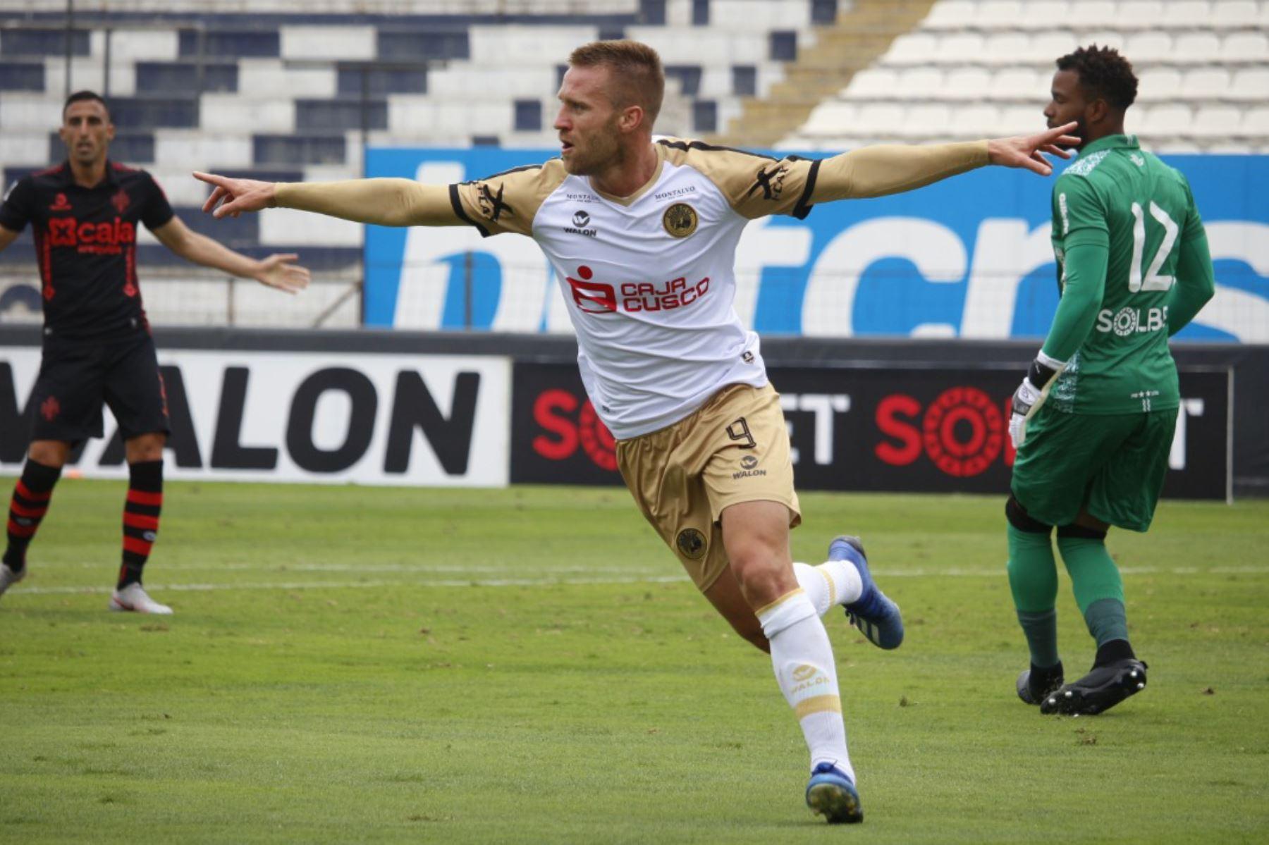 Danilo Carando de Cusco FC celebra luego de anotarle al Melgar de Arequipa por la primera fecha del grupo B de la Liga 1 en el estadio Alejandro Villanueva.  Foto: FPF