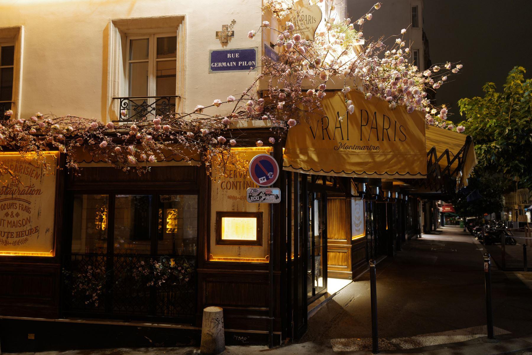 Una foto tomada durante la noche muestra un restaurante cerrado en Montmartre en el distrito 18 de París, durante un toque de queda nocturno del virus como medida contra la propagación de la pandemia Covid-19 causada por el nuevo coronavirus.   Foto: AFP