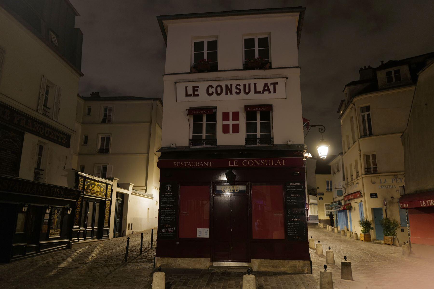 Una foto tomada durante la noche muestra la calle Norvins en Montmartre en el distrito 18 de París, durante un toque de queda nocturno del virus como medida contra la propagación de la pandemia Covid-19 causada por el nuevo coronavirus.  Foto: AFP