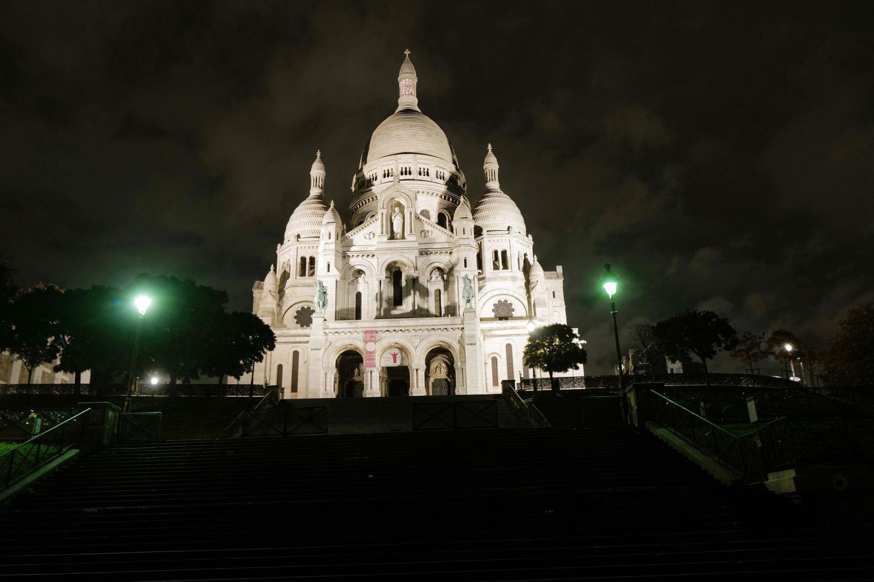 Una foto tomada durante la noche muestra el Sacre Coeur (Basílica del Sagrado Corazón) en Montmartre en el distrito 18 de París, durante un toque de queda nocturno como medida contra la propagación de la pandemia covid-19.  Foto: AFP