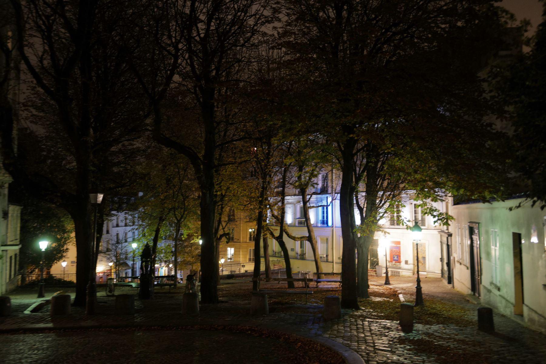 Una foto tomada durante la noche muestra la plaza Emile-Goudeau en Montmartre en el distrito 18 de París, durante un toque de queda nocturno como medida contra la propagación de la pandemia covid-19 causada por el nuevo coronavirus.  Foto: AFP