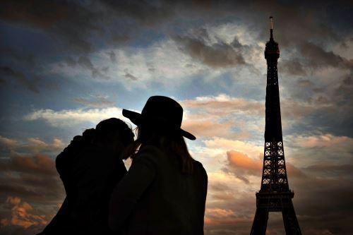 Francia extiende el toque de queda ante el avance del coronavirus