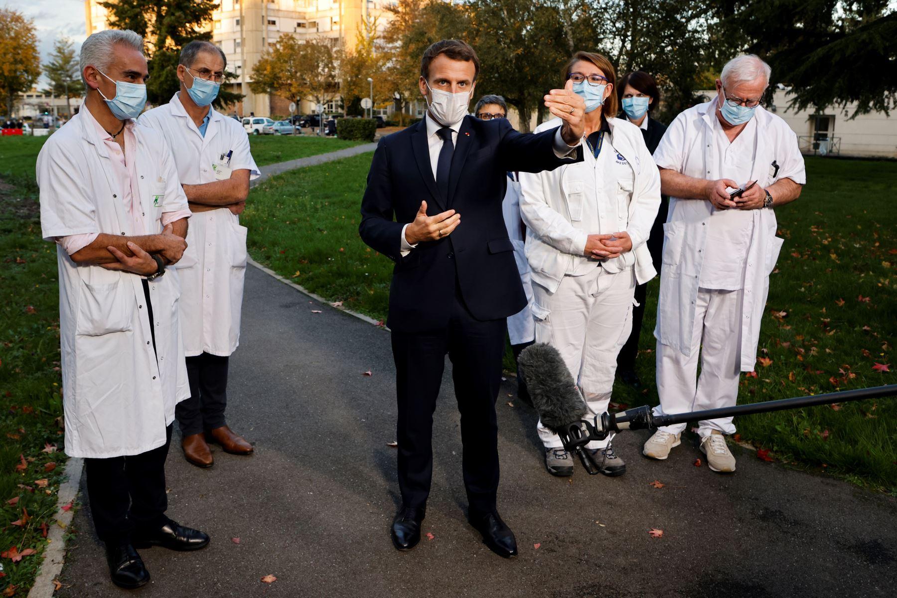 El presidente francés, Emmanuel Macron, habla con la prensa tras presidir una reunión con el personal médico del centro hospitalario Rene Dubos, en Pontoise, en el Valle del Oise, mientras el país afronta una nueva ola de infecciones en el covid-19   Foto: AFP