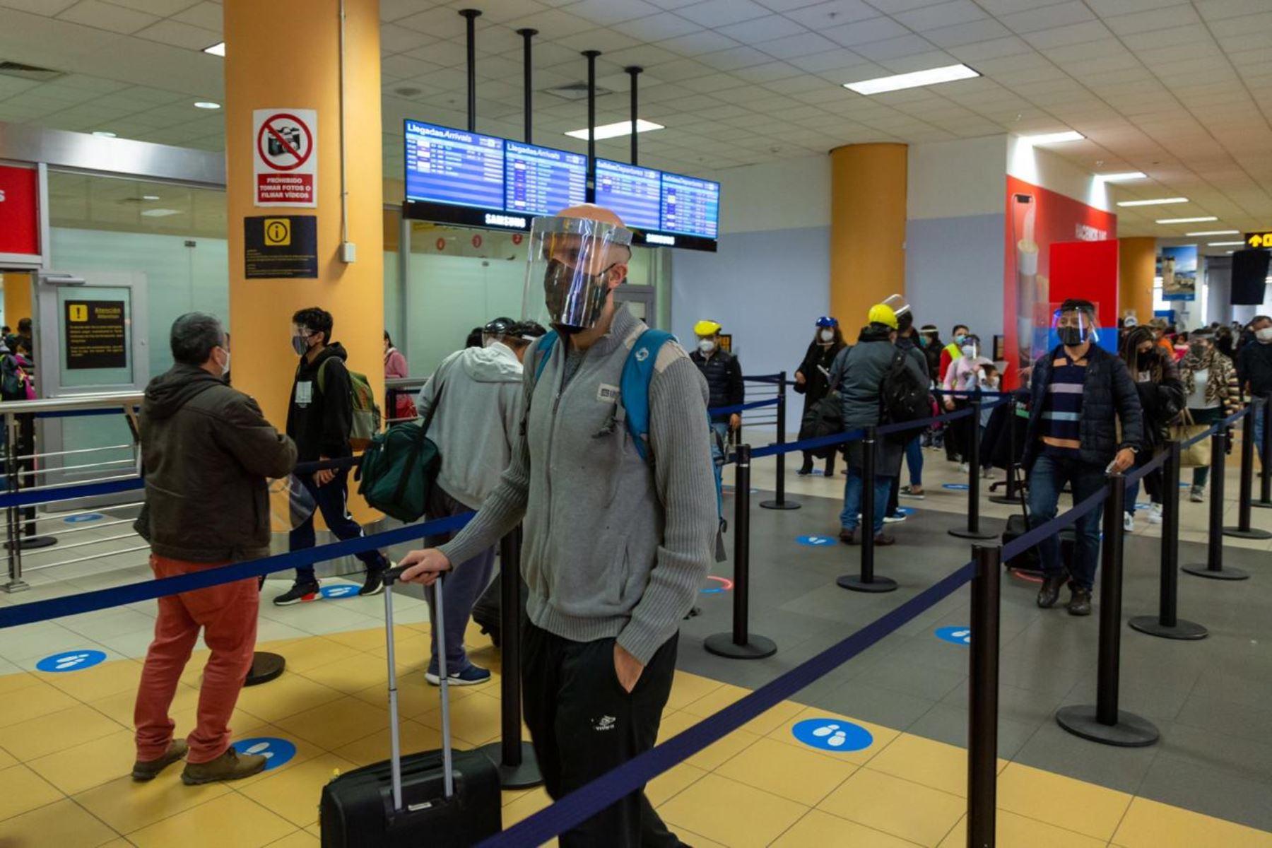 El Gobierno decidió suspender el requisito de prueba molecular o PCR para viajar por vía aérea desde las provincias con nivel de alerta extremo hacia otros destinos nacionales, anunció hoy la ministra de Comercio Exterior y Turismo, Claudia Cornejo. ANDINA/Difusión