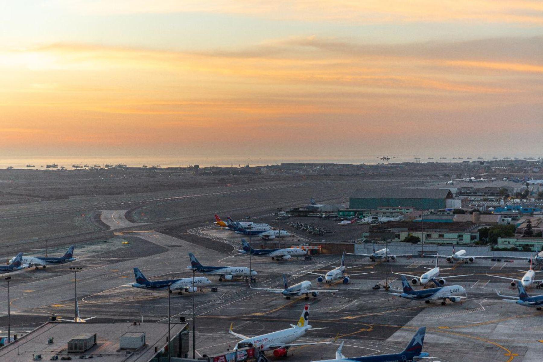 Desde el 15 de julio, tras el reinicio del transporte aéreo para pasajeros, hasta el 15 de octubre, el Aeropuerto Internacional Jorge Chávez ha registrado un total de 4,202 vuelos comerciales nacionales e internacionales, entre salidas y llegadas. Foto: LAP