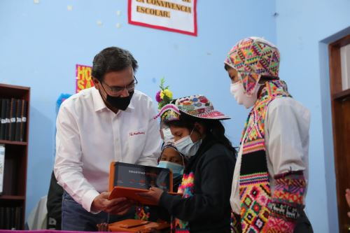 Presidente Vizcarra entrega tabletas a alumnos de Huancavelica