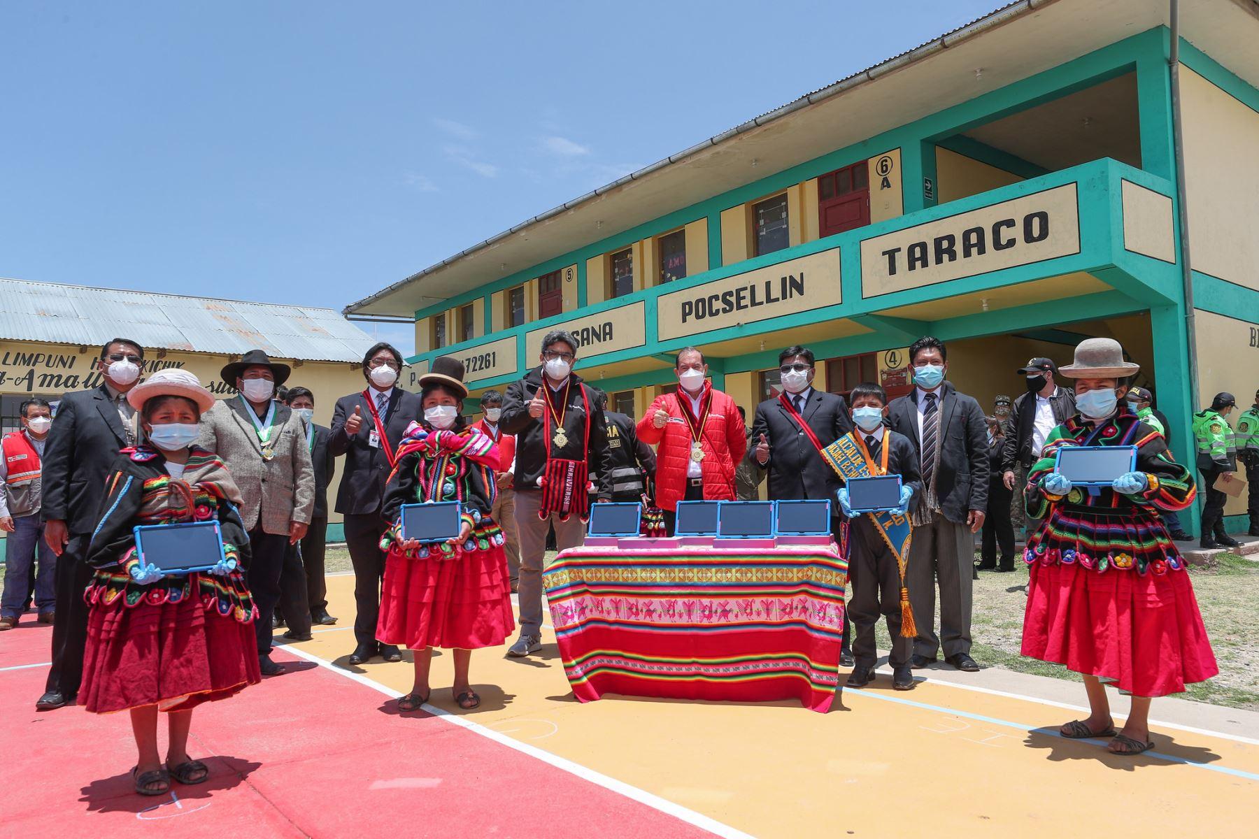 El premier Walter Martos realizó una visita de trabajo a la región Puno njunto con el ministro de educación, Martín Benavides donde visitaron a la población y entregaron tabletas a los alumnos. Foto: PCM