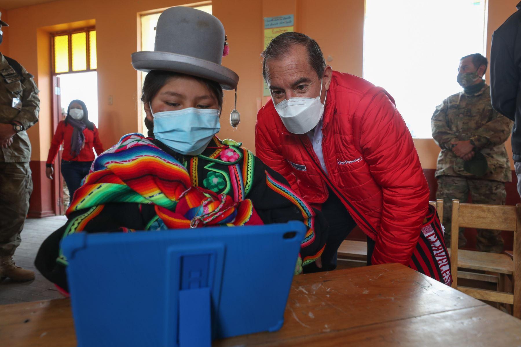 El premier Walter Martos realizó una visita de trabajo a la región Puno junto con el ministro de educación, Martín Benavides donde visitaron a la población y entregaron tabletas a los alumnos. Foto: PCM