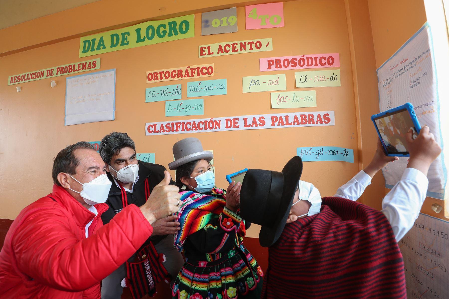 El premier Walter Martos realizó una visita de trabajo a la región Puno junto al ministro de educación, Martín Benavides donde visitaron a la población y entregaron tabletas a los alumnos. Foto: PCM