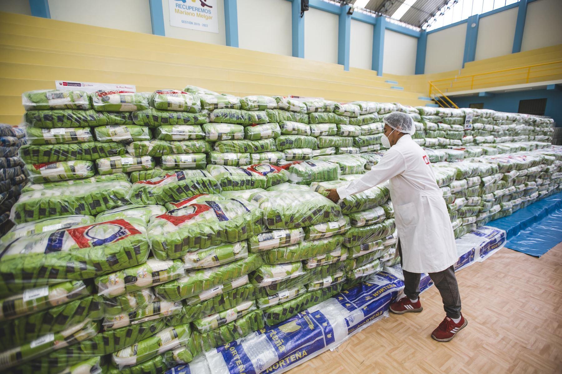 Ministra Patricia Donayre participó en la entrega de alimentos del programa Qali Warma para ciudadanos vulnerables de la región Arequipa. Foto: ANDINA/MIDIS