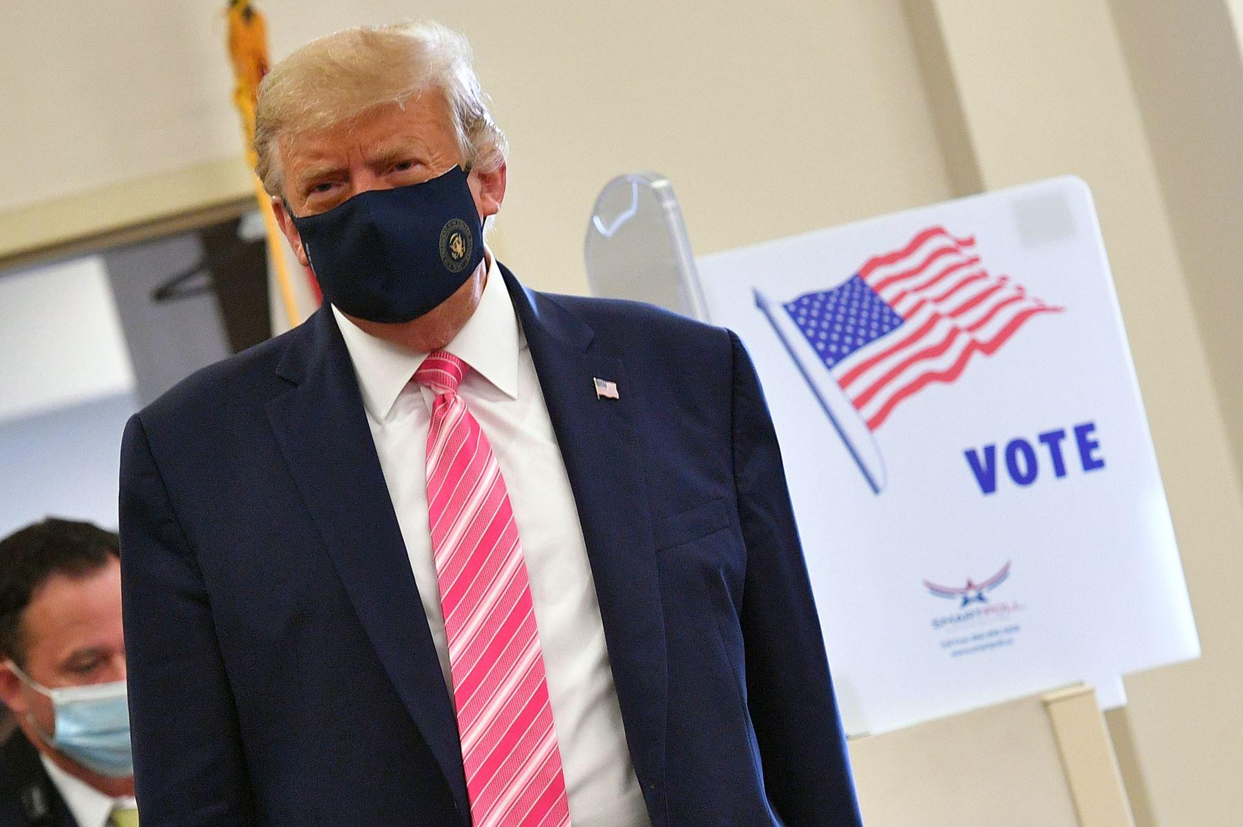 El presidente de los Estados Unidos, Donald Trump, llega al colegio electoral para emitir su voto en la Biblioteca Pública del Condado de Palm Beach, durante la votación anticipada para las elecciones del 3 de noviembre, en West Palm Beach, Florida. Foto: AFP