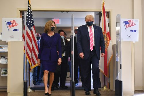 Presidente Donald Trump emite su voto anticipado en Florida