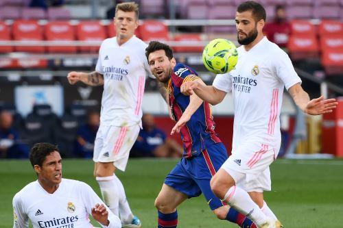 El delantero Leonel Messi, disputa el balón, durante el partido de fútbol de la Liga española entre Barcelona y Real Madrid. Foto: AFP