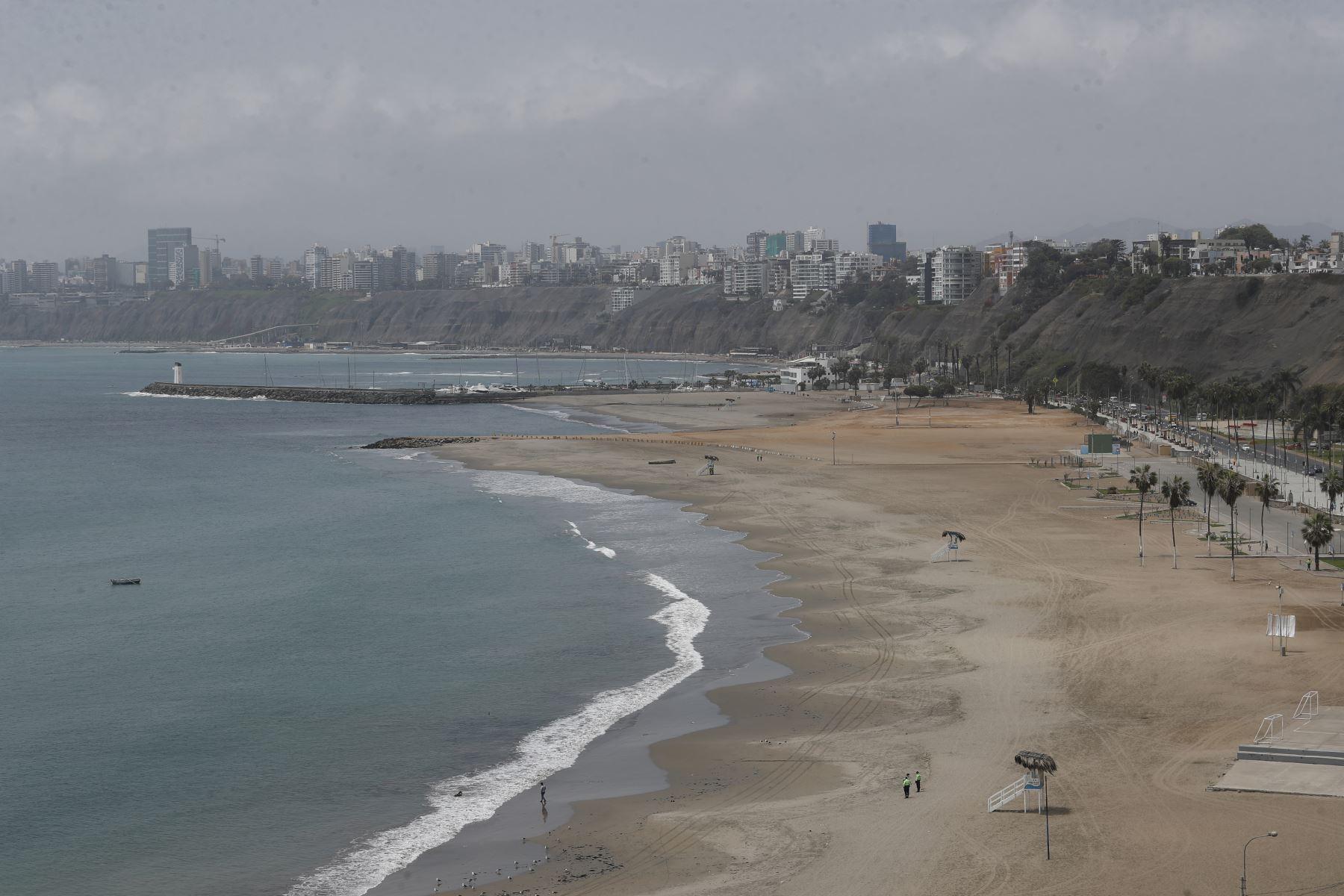 Efectivos de la Policía Nacional controlan el ingreso a playas de la Costa Verde tras nuevas disposiciones emitidas por el gobierno. Foto: ANDINA/Renato Pajuelo