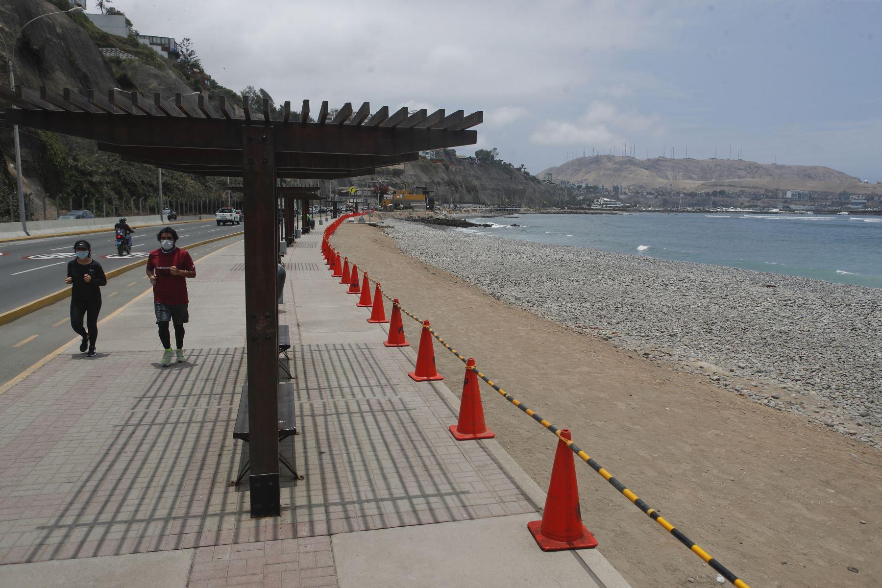 Ciudadanos practican deporte en cerca a las playas de la Costa Verde. Foto: ANDINA/Renato Pajuelo