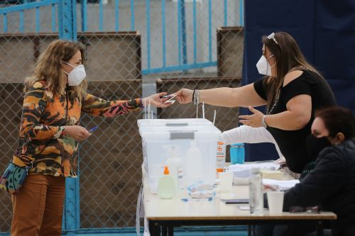 Chile inicia votación de histórico plebiscito constitucional en medio de la pandemia por coronavirus