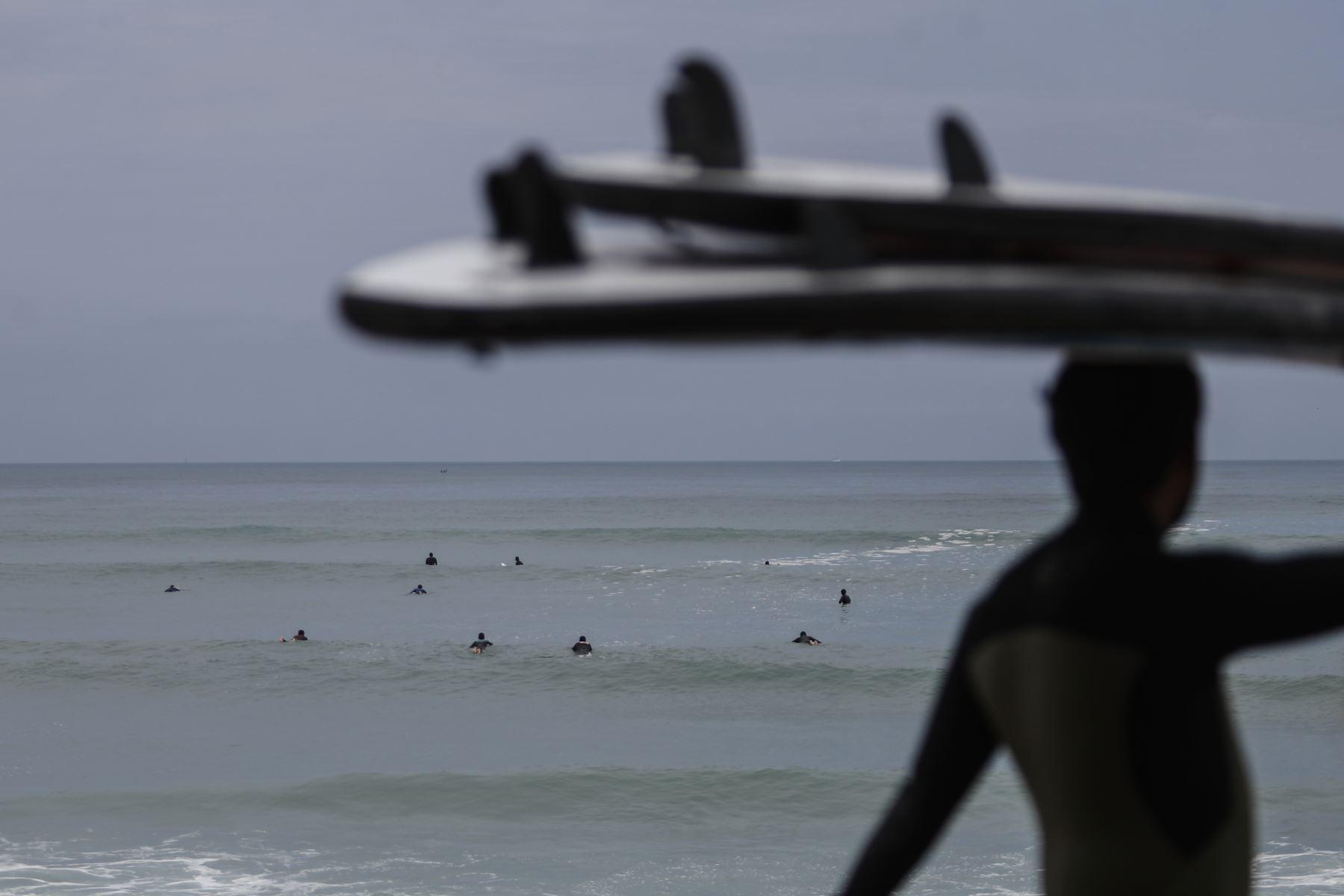 Deportistas practican surf en playas de la Costa Verde. Foto: ANDINA/Renato Pajuelo