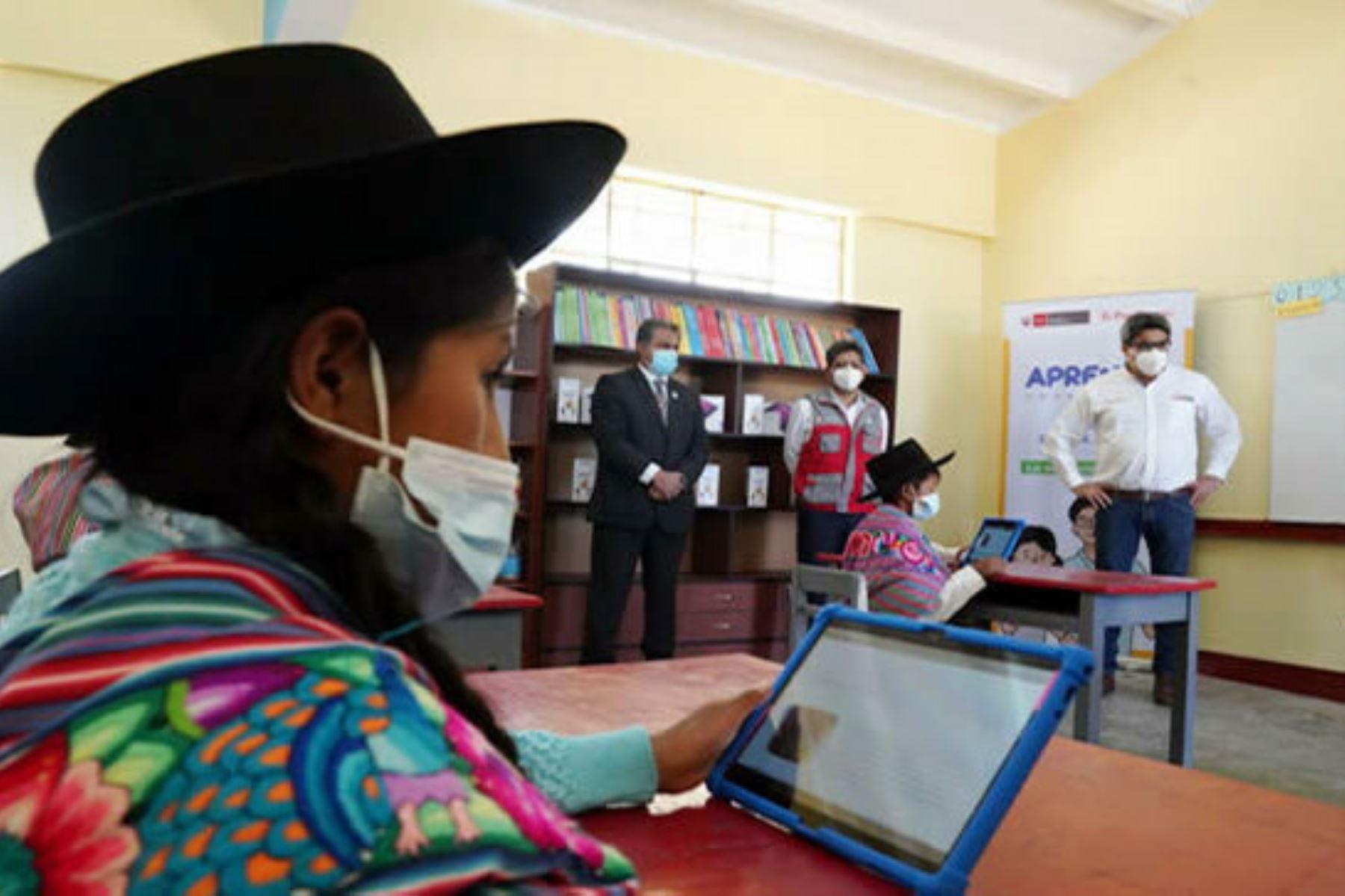 El ministro Martín Benavides anunció que el Minedu entregará tabletas al 86 % de todos los servicios educativos y al 60 % de los estudiantes de Ayacucho. Foto: ANDINA/Difusión