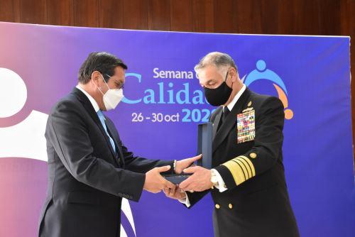 """Marina de Guerra del Perú recibió el """"Premio Nacional a la Calidad"""" y la medalla Líder en Calidad categoría Oro"""