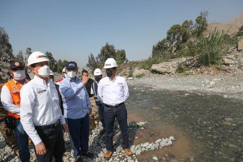 El presidente del Consejo de Ministros y el titular de Ministerio de Vivienda inspeccionan los trabajos de limpieza, descolmatación y encauzamiento del río Rímac