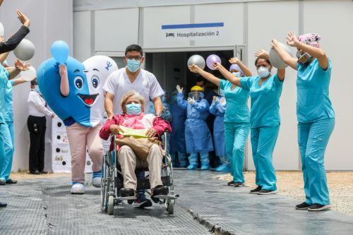 Doctora de 73 años fue atendida y dada de alta por su hijo médico tras superar el Covid-19