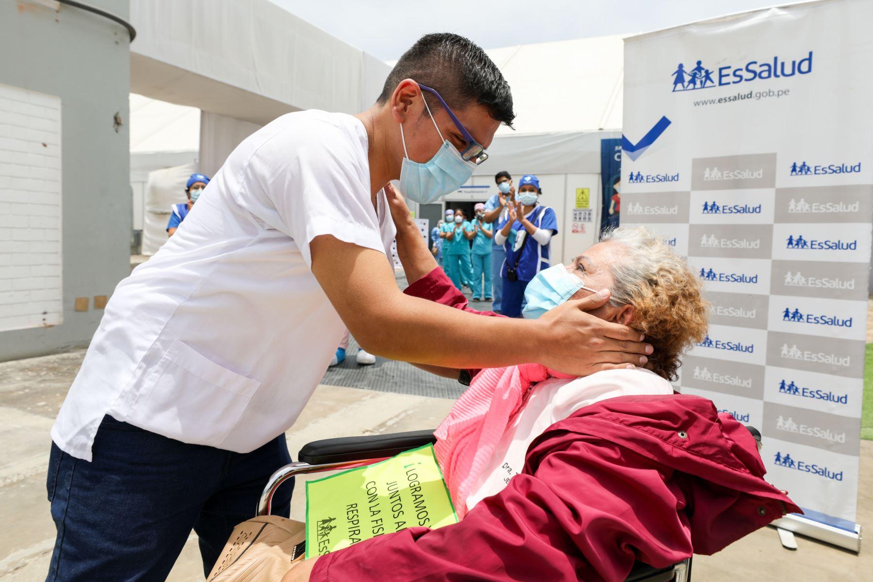 La doctora Teresa Cano trabajó en EsSalud por 45 años y nunca imaginó que su hijo médico se encargaría de su recuperación. Foto: ANDINA/difusión.