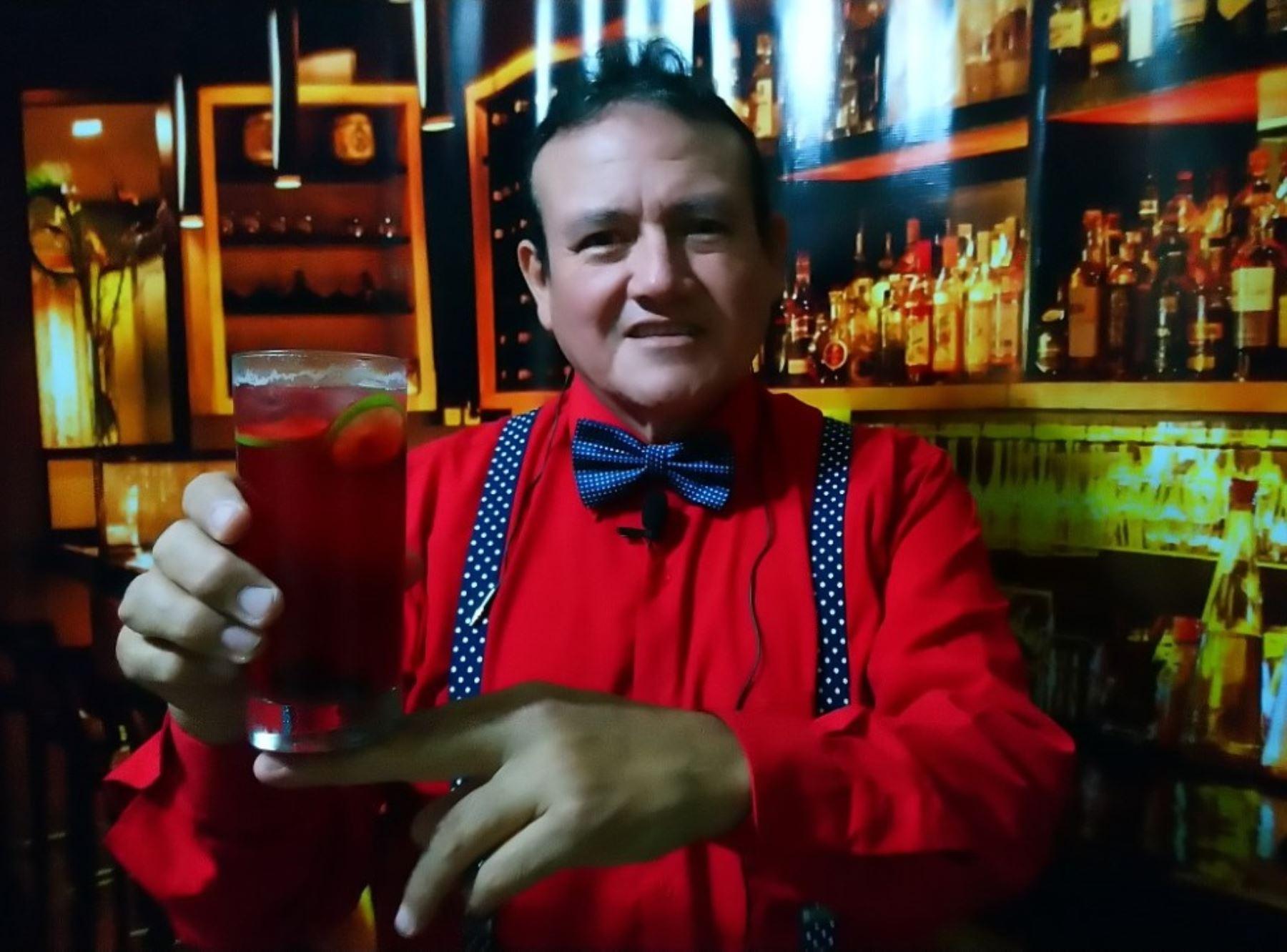 Berardo Orlando Ávila es el creador del cóctel del bicentenario. Una bebida elaborada a base de la corteza del árbol de la quina. Foto: Luis Puell