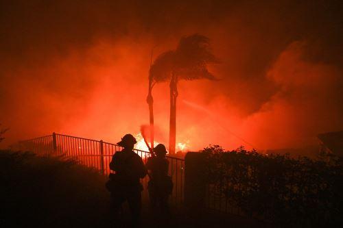 EEUU: Incendio forestal obliga evacuar a más de 60 mil personas en California
