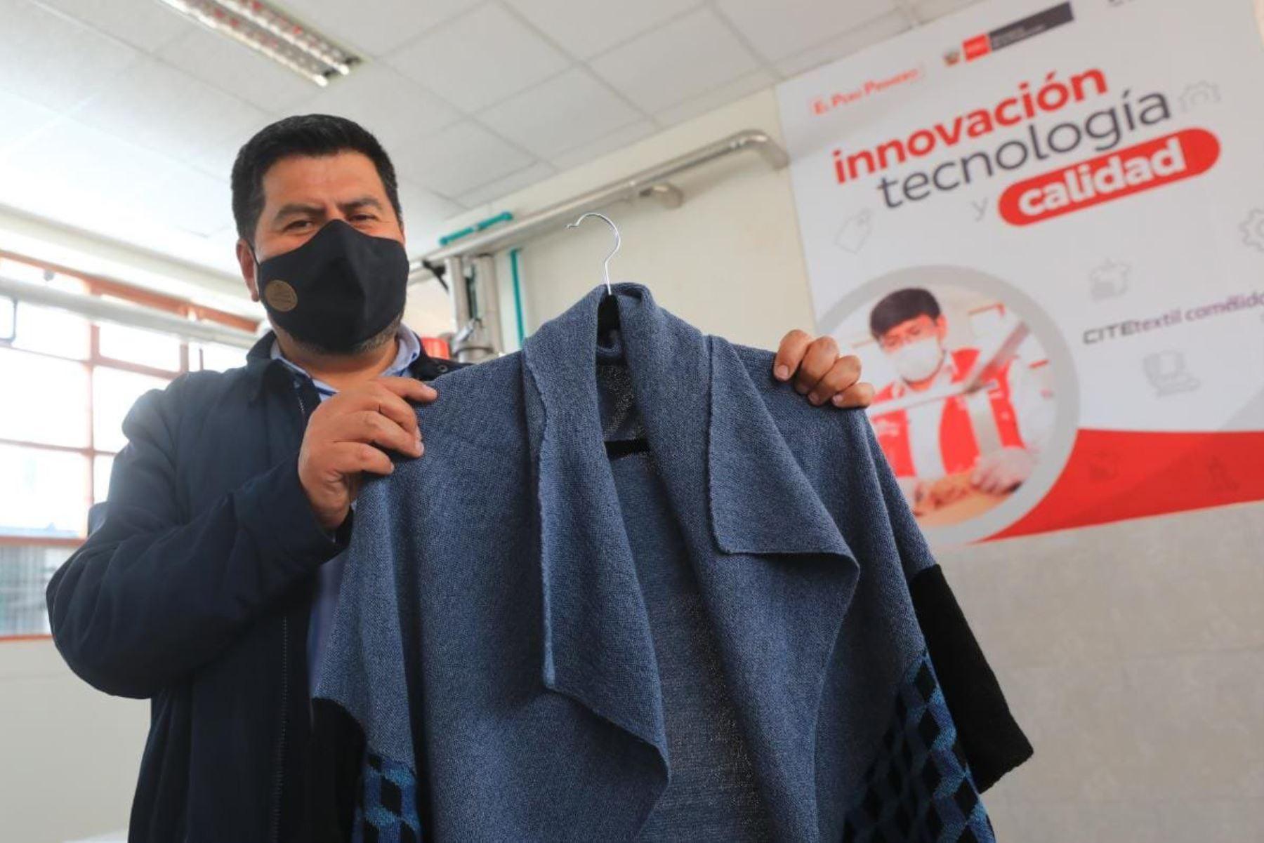 El ministro José Salardi en compañía del gobernador regional de Huancavelica,  Maciste Díaz, el alcalde de Paucará, Mauro Huarcaya, el alcalde de Yauli, Silvestre Soto, y una comitiva de autoridades, recorre el CITE textil Camélidos Cusco.  Foto: ANDINA/Produce