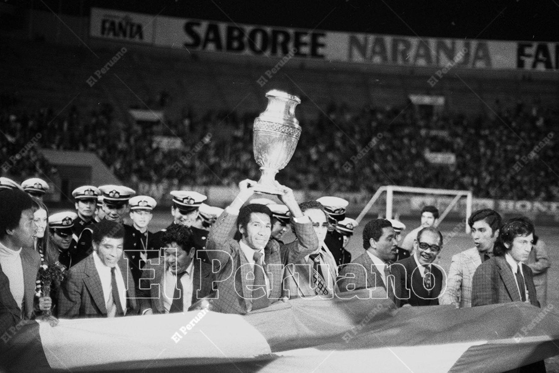 Lima - 30 octubre 1975. Julio Meléndez porta en alto la Copa América durante el multitudinario homenaje que recibió la selección peruana de fútbol en el Estadio Nacional tras obtener el título de campeón sudamericano de fútbol. Foto Archivo Histórico de El Peruano / Humberto Romaní