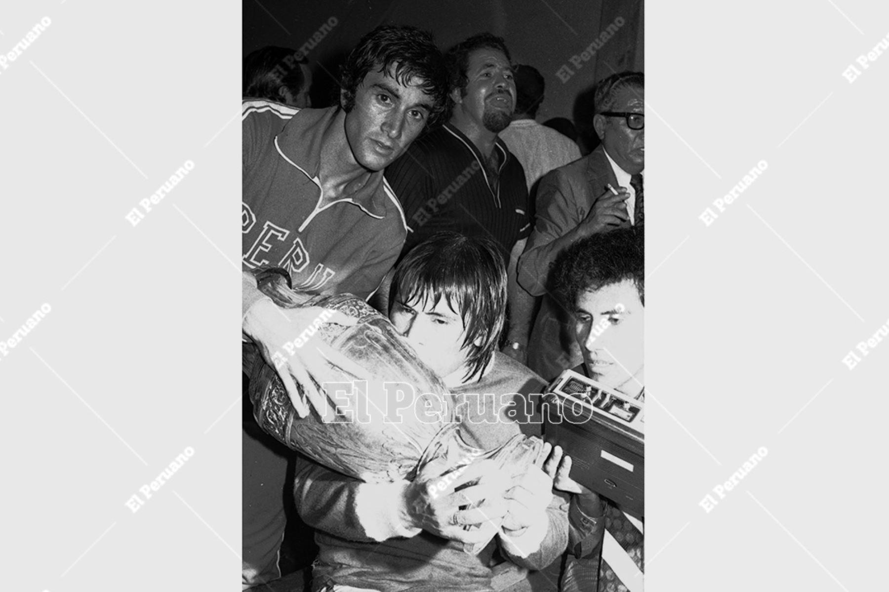 Caracas, Venezuela - 28 octubre 1975. Hugo Sotil besa la Copa América que la selección peruana ganó por segunda vez. Perú se coronó campeón sudamericano de fútbol al vencer 1-0 a Colombia. Foto: Archivo Histórico de El Peruano / Raúl Sagástegui