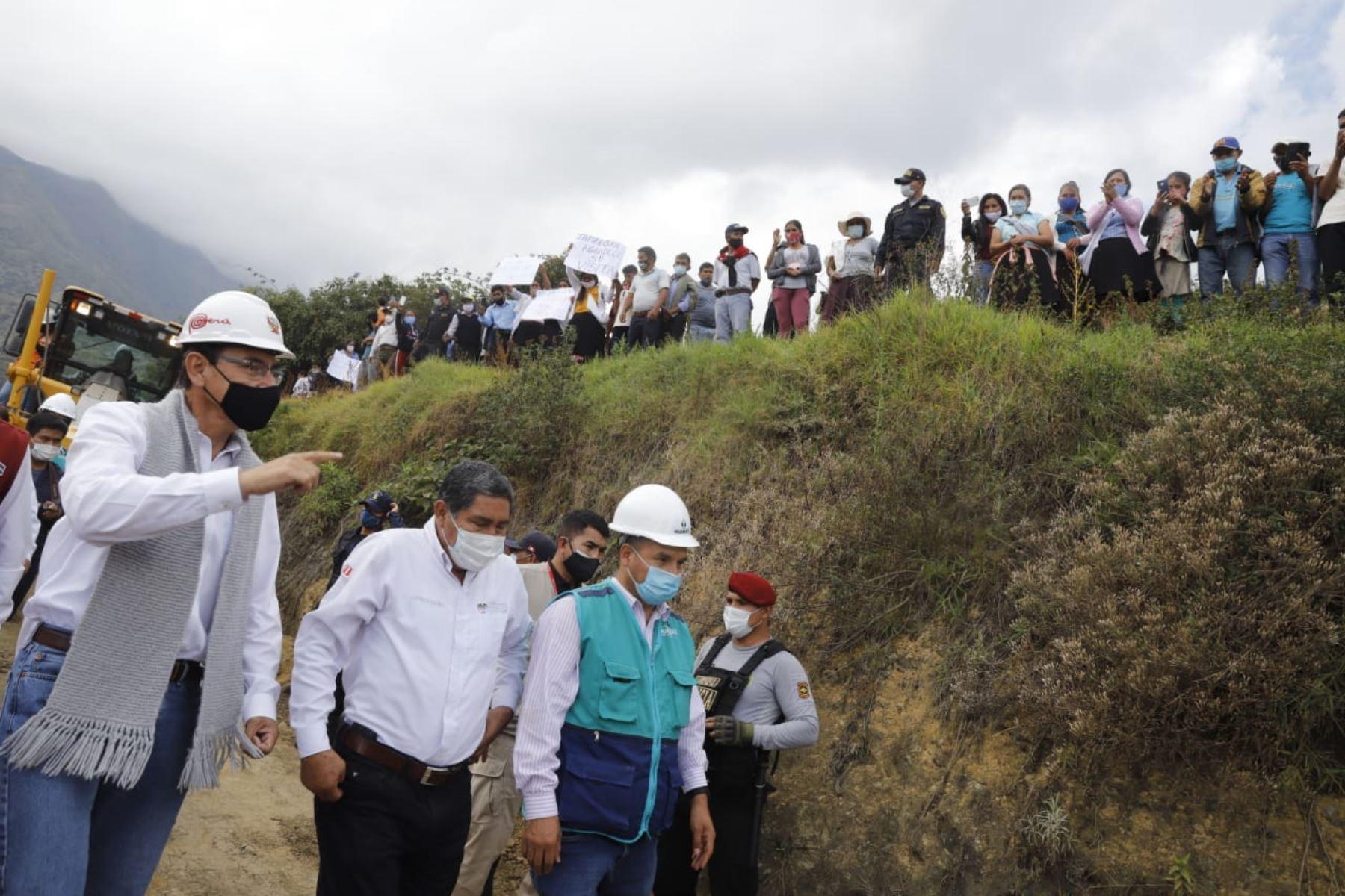 El presidente de la República, Martín Vizcarra, supervisa las obras de mejoramiento y conservación del tramo Huánuco - La Unión, en la región Huánuco. Foto: ANDINA/ Prensa Presidencia