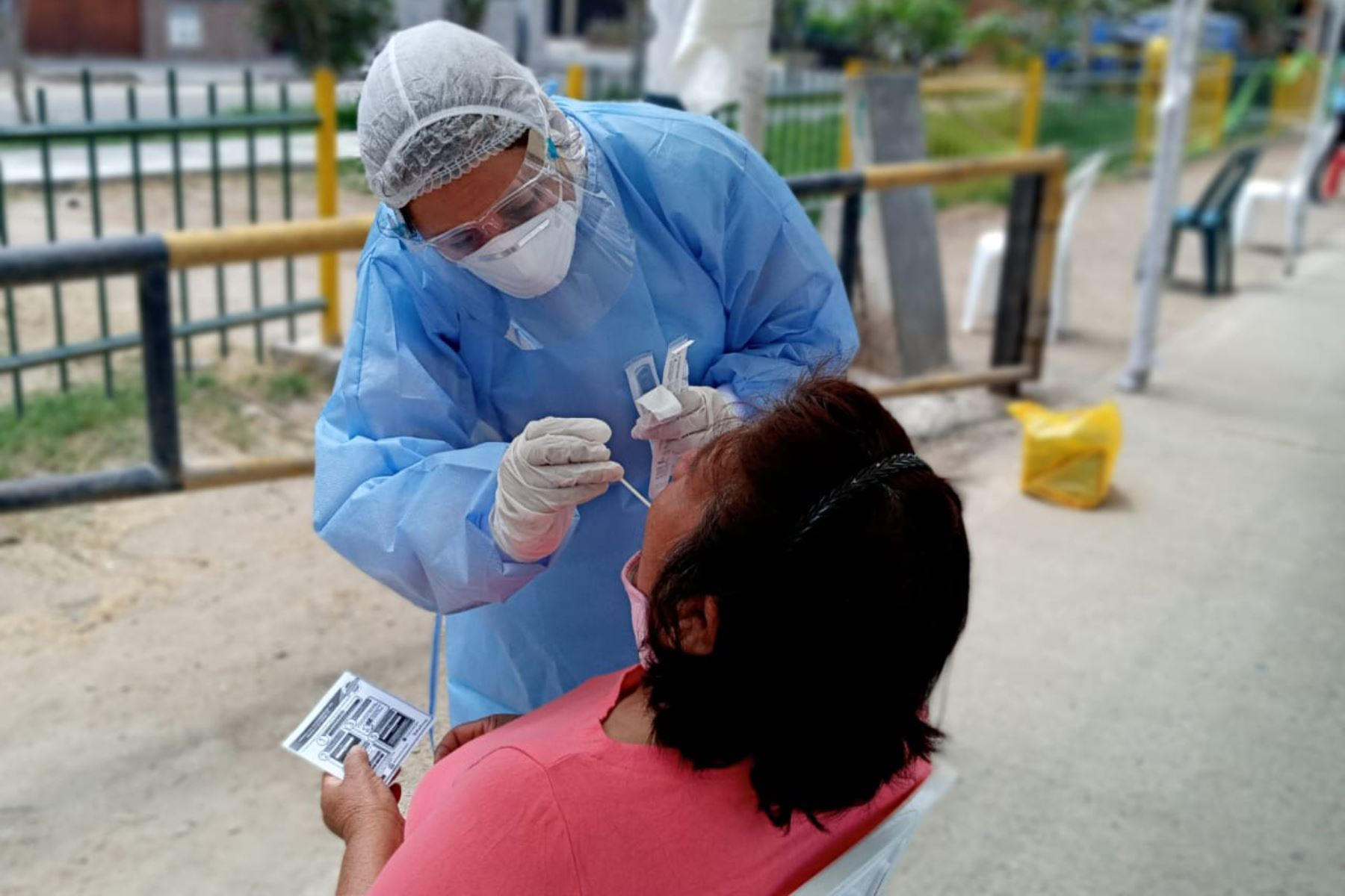 Más de 500 personas son evaluadas con pruebas moleculares para el descarte de COVID-19, en el Centro Rápido de Atención Temporal del Ministerio Salud instalado en Los Olivos. Foto:ANDINA/Minsa