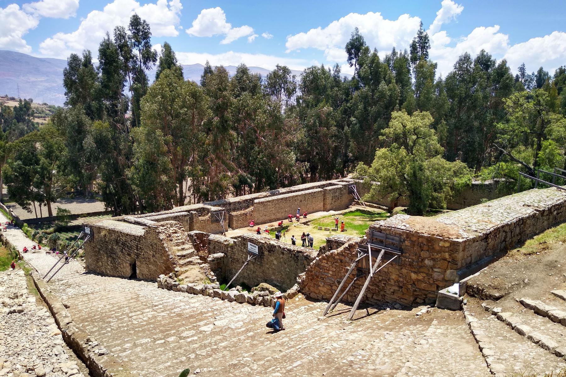 Personal de Trabaja Perú realiza labores de mantenimiento en el complejo arqueológico de Wariwillka, al sur de Huancayo. / Foto: Pedro Tinoco M.