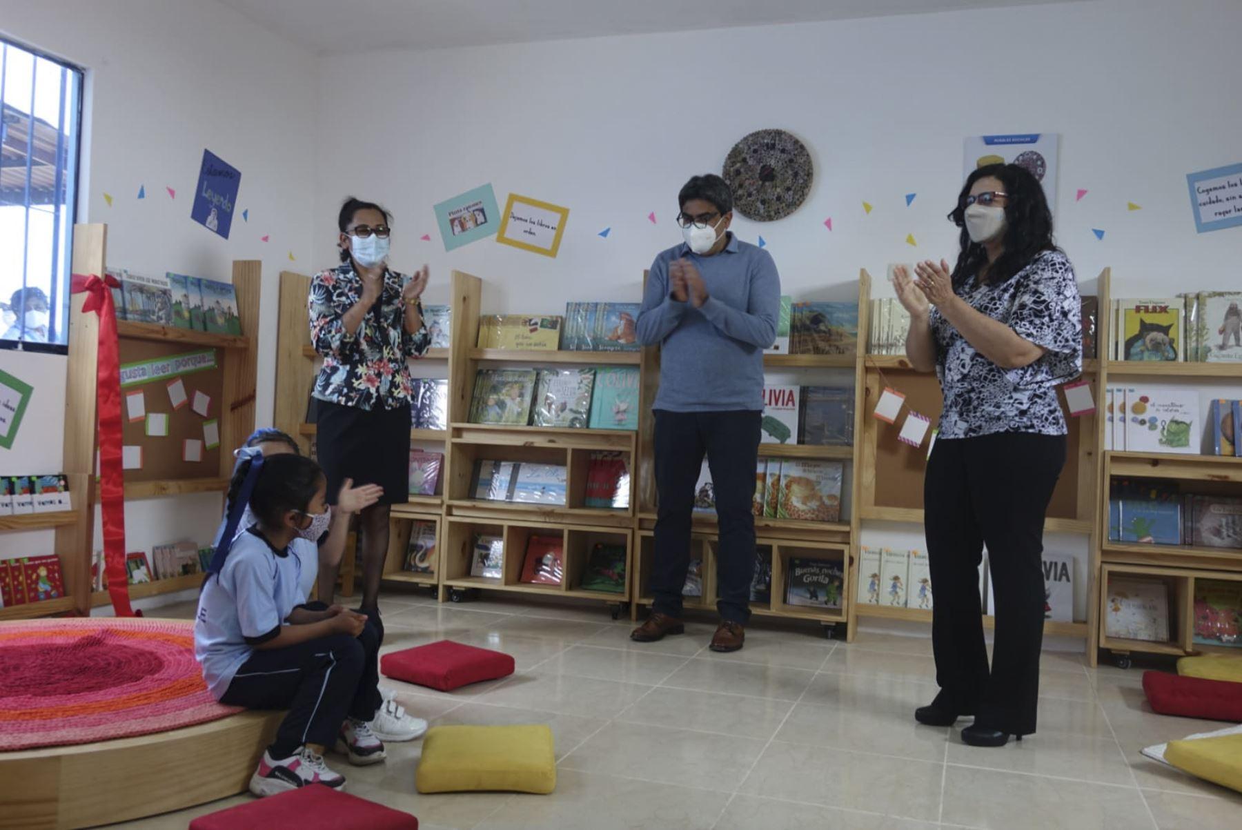 """El ministro de Educación, Martín Benavides, junto a la primera dama, Marisol Díaz, inauguraron la segunda biblioteca del proyecto """"Bibliotecas comunitarias"""" en la institución educativa N° 5135 del distrito de Ventanilla, en el Callao. Foto: Minedu"""