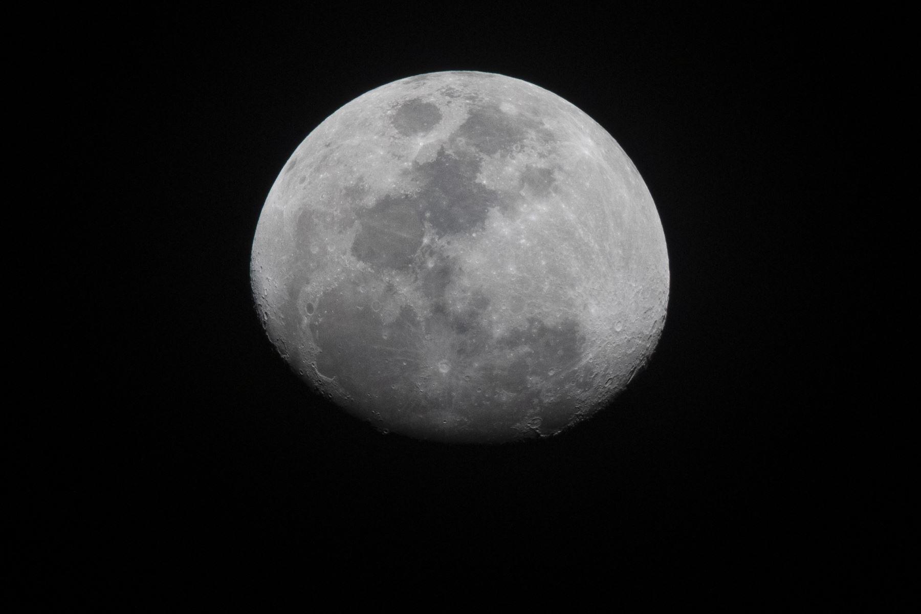 Nuestro satélite, La Luna, estuvo brillante esta noche. Foto: ANDINA/Carlos Lezama